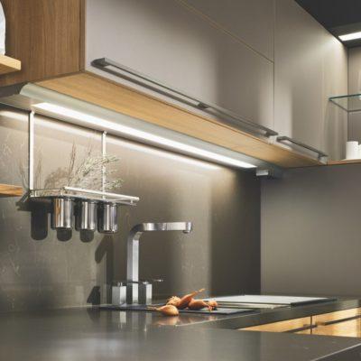 Küche linee in Eiche mit Lichtleiste über der Spüle
