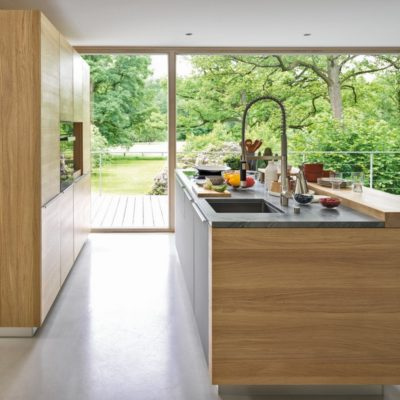 Küche linee in Eiche mit Regal, Küchenzeile und Küchenblock mit 79 mm starker Thekenplatte, daneben Hocker ark