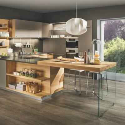 Küche linee in Eiche und Farbglas taupe mit 79 mm starker Anbautischplatte