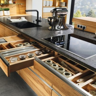 Küche linee in Kernbuche mit variantenreichen Ladenaufteilungen und flächenbündigen Griffleisten