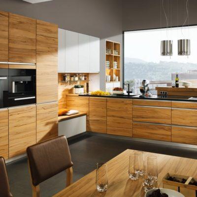 Küche linee in Kernbuche und Farbglas weiss