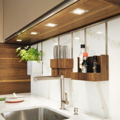 Küche linee mit offener Kräuterbox, Messerblock und offenem Regal an der Einhängeleiste