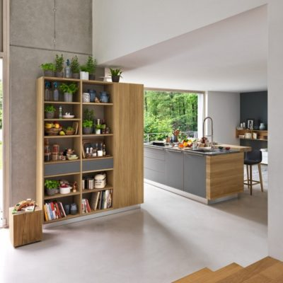 Küche linee mit Regalwand in Eiche naturgeölt