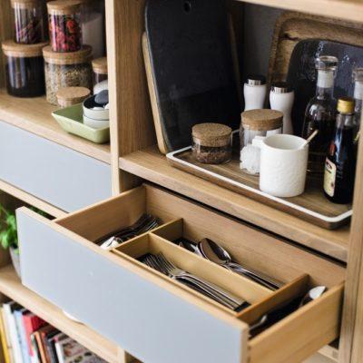 Küche linee mit Regalwand inklusive Lade mit Farbglasblende in Farbe taupe und Touchbeschlag