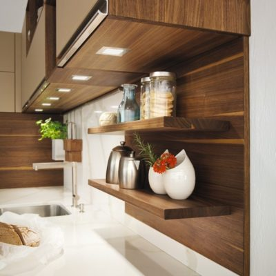 Küche linee mit Wandbord in Nussbaumholz naturgeölt und LED Leuchten unter den Hängeschränken