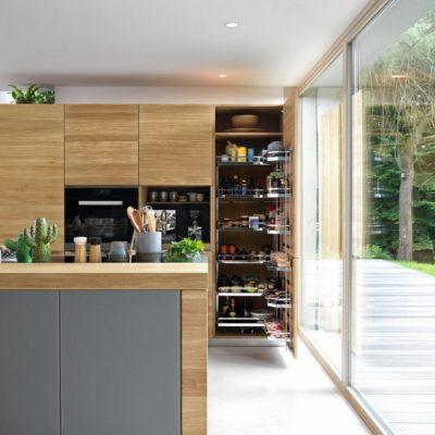 Küche linee hier mit geöffnetem Hochschrank inklusive Tandemauszügen