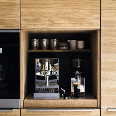 Küche linee mit offenem Gestaltungselement für die Kaffeeutensilien