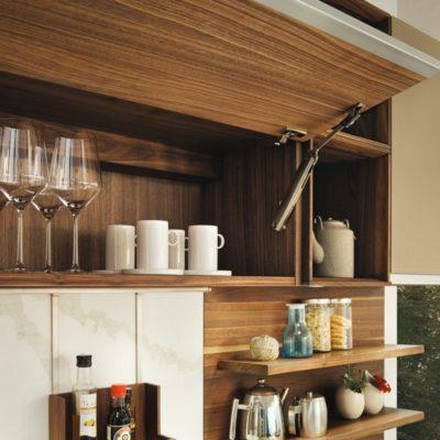 Küche linee und Hängeschrank mit praktischer Klappe