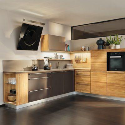 Küche l1 in Kernbuche und Fronten zum Teil in Farbglas