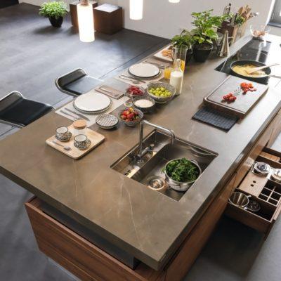 Kücheninsel k7 mit abgedeckbarem Spülbecken, versenkbarer Armatur und und flächenbündigem Kochfeld
