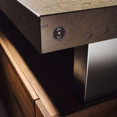 Küche k7 mit flächenbündigem Schalter für die stufenlose Höheneinstellung