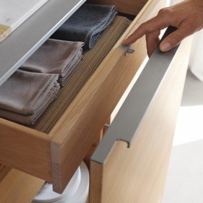 Küche filigno Unterschrank mit korpushohem Auszug und mitlaufender Innenladen-Mitnehmermechanismus geöffnet
