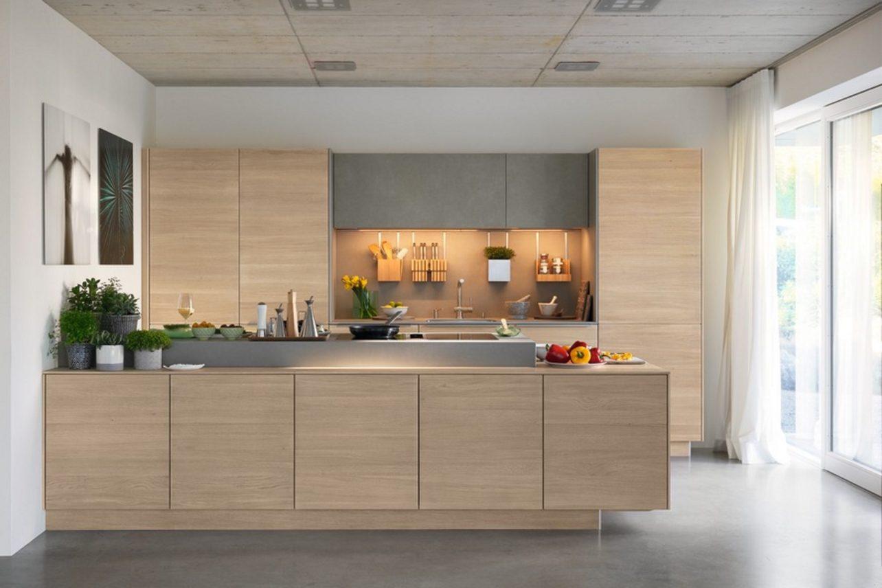 Küche filigno mit Kochinsel und Küchenzeile in Eiche Weißöl und Keramik Cement