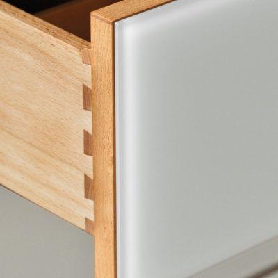 Kommode lunetto - Detail Schubladenfronten mit Farbglas weiss