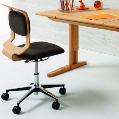 Schreibtisch-Drehstuhl mobile vor dem Schreibtisch mobile