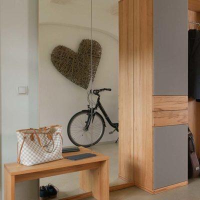 hoher Wandspiegel cubus auf Fußleiste neben Dielenmöbeln cubus in Kernbuche