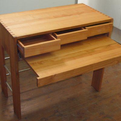 Sekretär zen-2 mit ausgezogenen Schubladen und Tischplatte
