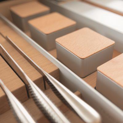Detail-Ladeneinteilung Gewürzbehälter in Buche